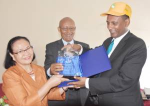 "Engr. Leony Halos-Kim, SAA`s Postharvest & Agro-Processing Director presenting award to H.E. Dr. Eyasu Abraha, Minister of Agriculture & Natural Resources for the ministry`s ""outstanding support to SG-2000 Ethiopia"""