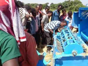 フリさんが多種作物用脱穀機の一つをエチオピアのオロミア州の小規模農業グループに紹介している様子